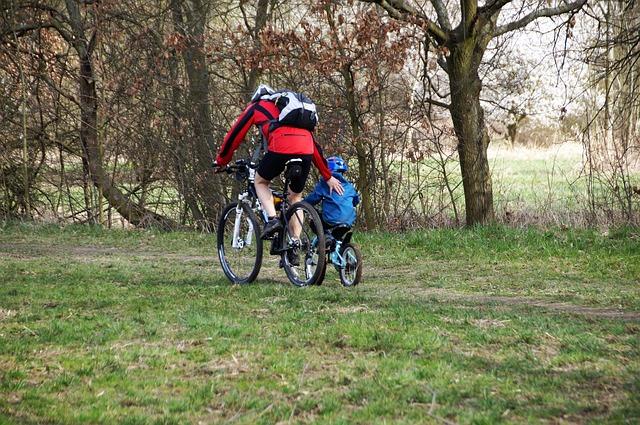 otec se synem na kolech