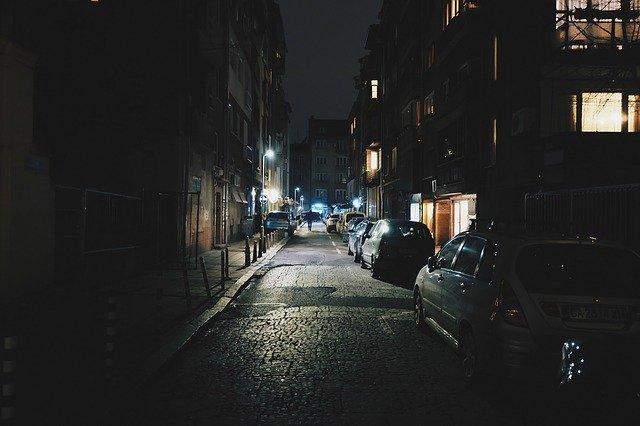 noční scéna s auty