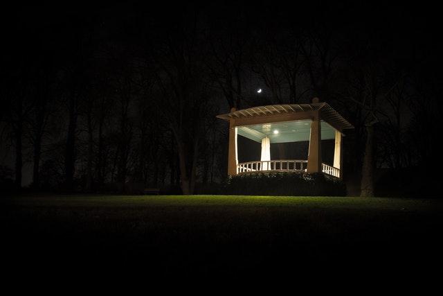 osvětlený altán